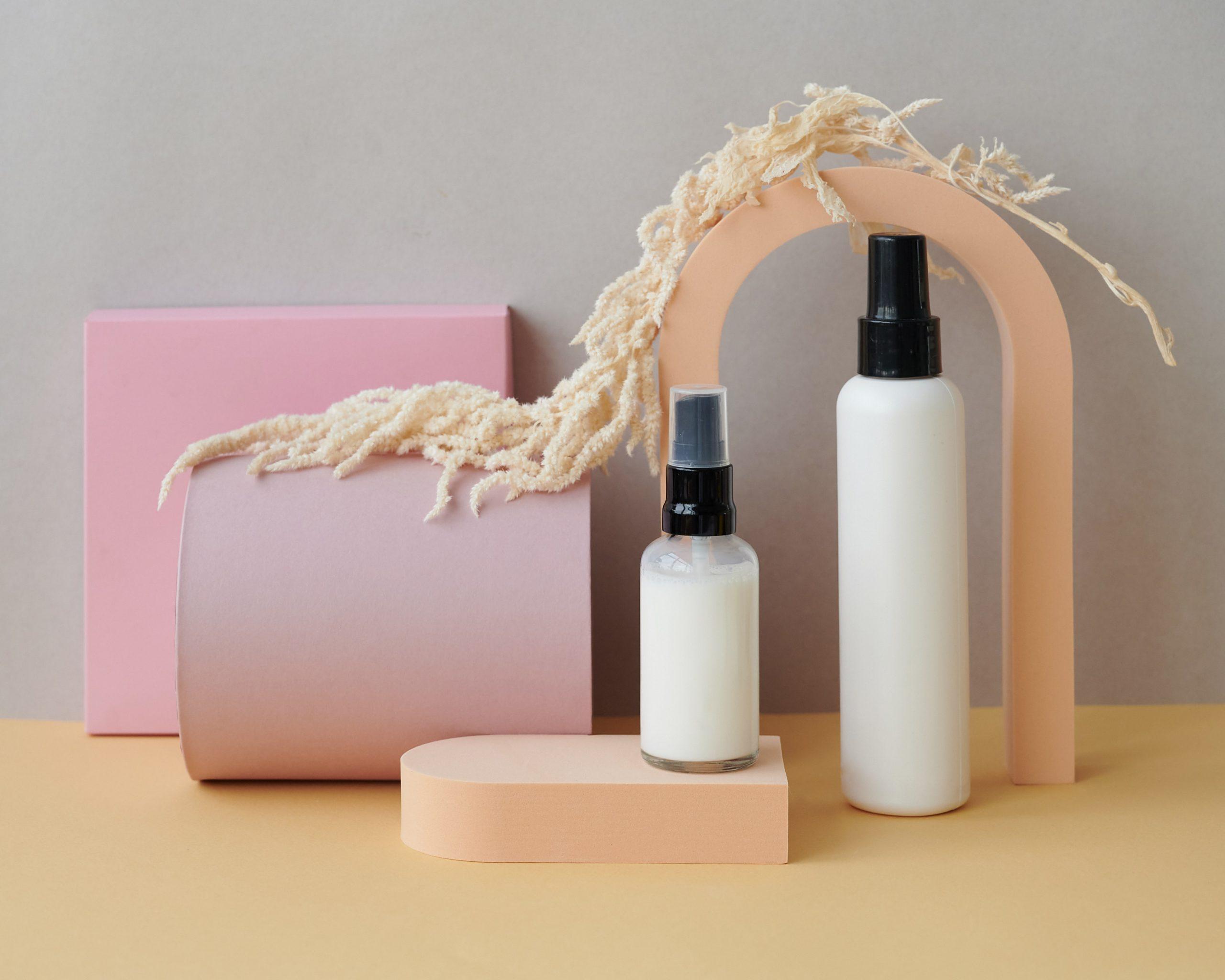 Frascos de diferentes tamanhos com cosméticos